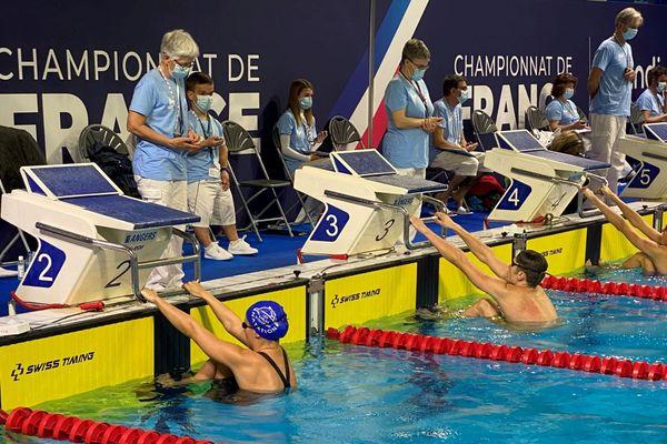 Anaëlle Roulet au deuxième couloir pendant les Championnats de France de natation
