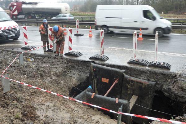 Les agents de la société des Eaux du Nord s'affairent à réparer la canalisation
