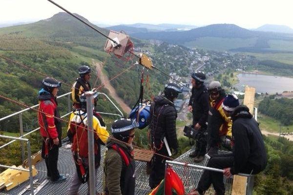 """Derniers essais de sécurité sur la tyrolienne """"fantasticable"""" de Super-Besse avant son ouverture au public le 12 juillet."""
