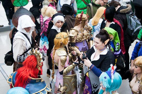 Le salon propose des concours Cosplay : les participants se déguisent en personnages d'animés ou de jeux vidéo.