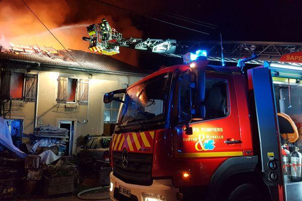 Une trentaine de pompiers est intervenue pour circonscrire l'incendie