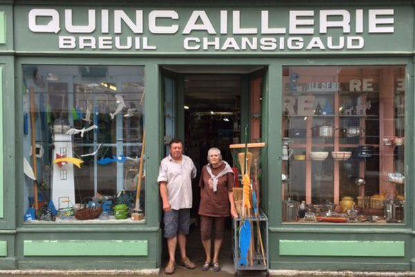 À Saint-Martin-de-Ré, la quincaillerie tenue par Jack et Françoise est ouverte depuis 105 ans.