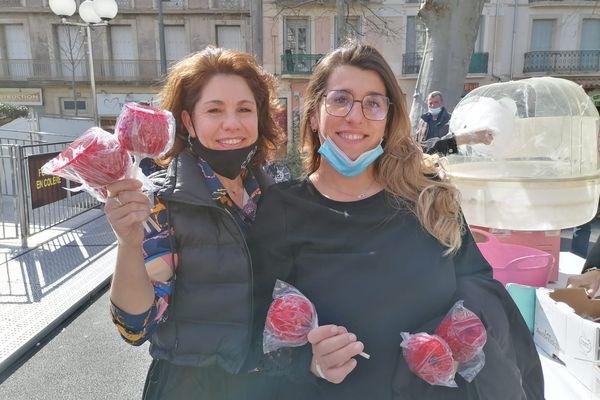 Marylin Janselme (à gauche sur la photo) distribue des pommes d'amour aux passants ce samedi.