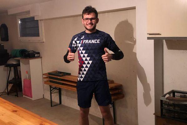 Sandro Ruch a fait 2355 tours de neuf mètres, autour de deux tables, dans sa cave.
