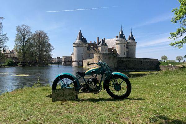 Moto Helyett de 1929 devant le château de Sully-sur-Loire.