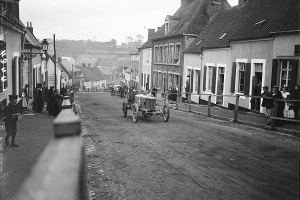 Une course de voiturettes traversant Desvres, près de Boulogne-sur-Mer, en 1909.
