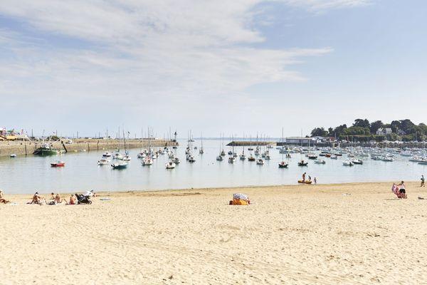 Le scénariste et dessinateur de bande dessinée Jean-Claude Fournier vit à quelques mètres de la plage du Portrieux. Il s'y promène chaque jour de l'année et apprécie le spectacle changeant qu'offrent la mer et le ciel.