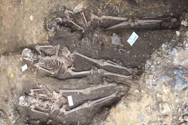Ces squelettes sont visibles place du Vieux-Marché, à Rouen.