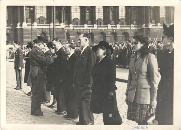 Raymonde Marc (deuxième en partant de la droite) décorée de la Médaille de la Résistance à Lille à la Libération.