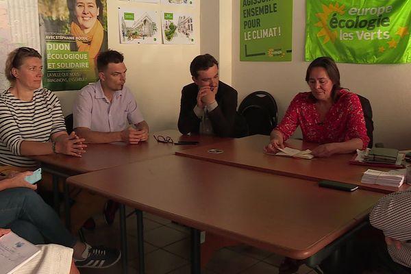 Ce lundi 29 juin, la tête de liste EELV à Dijon, Stéphanie Modde réunissait les 6 conseillers municipaux écologistes. Ils siégeront désormais dans l'opposition.