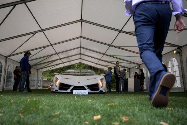 La Lamborghini Veneno Roadster a été évaluée, au bas mot, à 4,8 millions d'euros avant cette vente aux enchères à Genève.