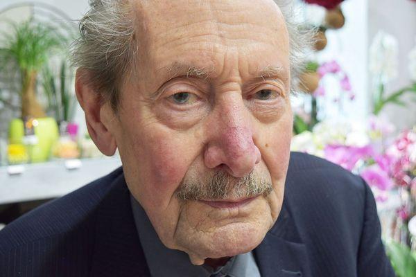 Alphonse Barthel, 93 ans, se rend tous les jours au magasin de fleurs tenu par son fils Bertrand.