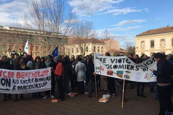 Les enseignants devant le rectorat de l'académie de Toulouse.