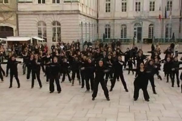 Pour la flashmob, les participants étaient tous revêtus de noir