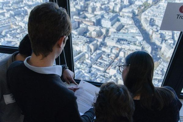 Des participants à un escape game, dans la tour Montparnasse, en 2015.