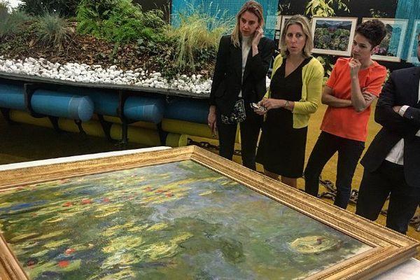 L'œuvre « Le Bassin aux nymphéas », de Claude Monet, reçue par : Diane Junqua, responsable du pôle communication; Emma Lavigne, directrice du Centre Pompidou de Metz; Hélène Meisel, commissaire de l'exposition, et Diego Candil, le Secrétaire général
