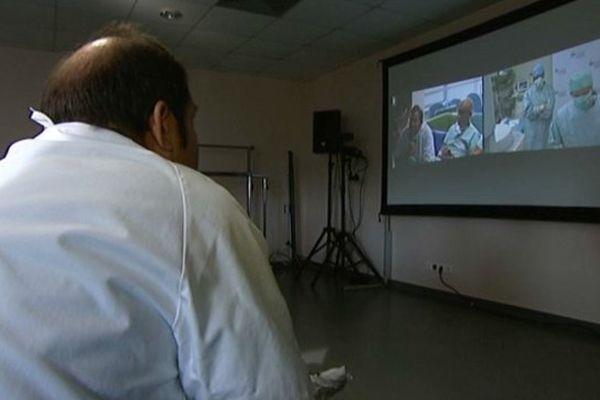 Les médecins assistent à la retransmission de l'opération