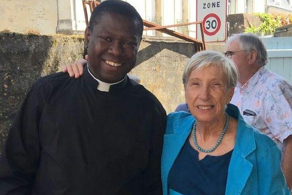 """Le prêtre Evens Joseph, ici aux côtés d'une paroissienne, fait partie des dix personnes enlevées dimanche près de Port-au-Prince par un gang armé baptisé """"400 Mawozo""""."""