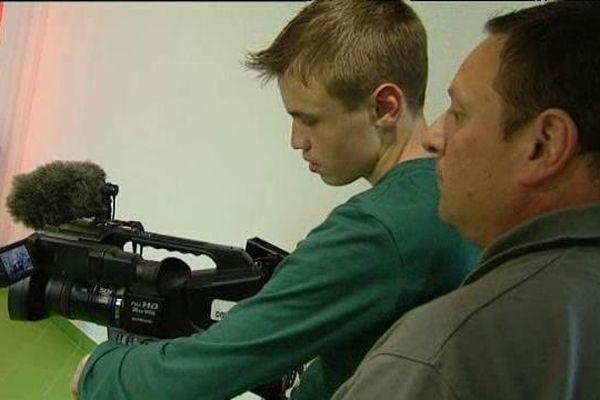 Les jeunes sont encadrés par des professionnels de l'audiovisuel qui les forment aux métiers de la télévision.
