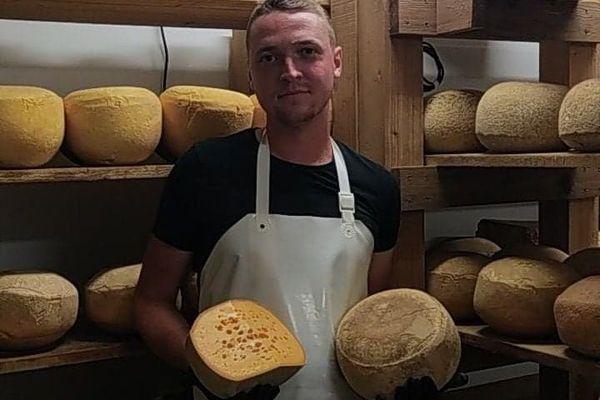 Depuis le 26 juin, Tristan Avet vend sa production de mimolette picarde dans sa fromagerie à Éplessier dans la Somme
