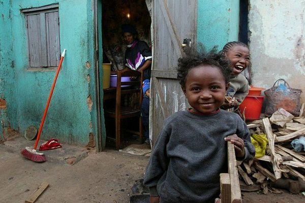 Enfants dans les rues d' Antananarivo à Madagascar