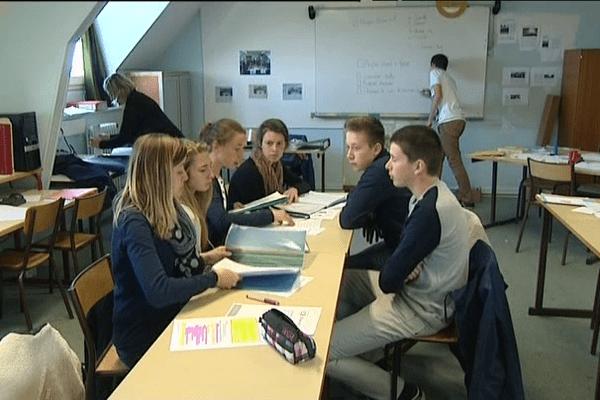 Les élèves se préparent avant le concours régional des mini-entreprises à Brest