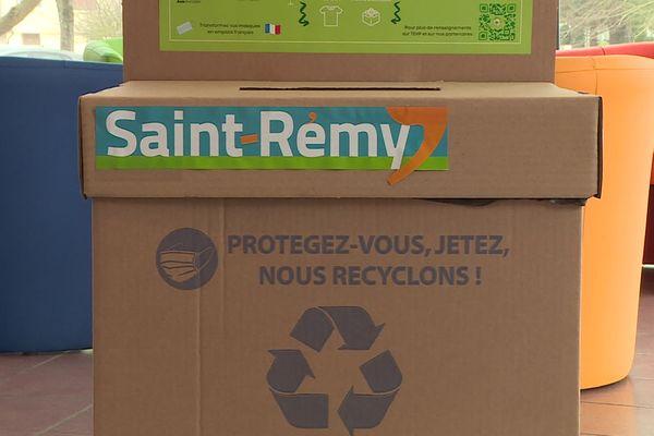 Les habitants de Saint-Rémy, (Saône-et-Loire), peuvent déposer leurs masques chirurgicaux usagés dans des bornes de récupération pour qu'ils soient recyclés.