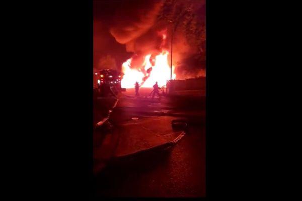 Un impressionnant incendie s'est déclaré sur le parking d'une entreprise de Cambrai.