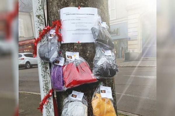 L'arbre à écharpe accueille de quoi se vêtir pour l'hiver, bien à l'abri dans des sacs imperméables