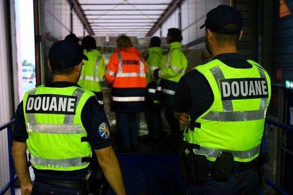 Un test concernant le transit des camions organisé au terminal ferry de Ouistreham, en Normandie.