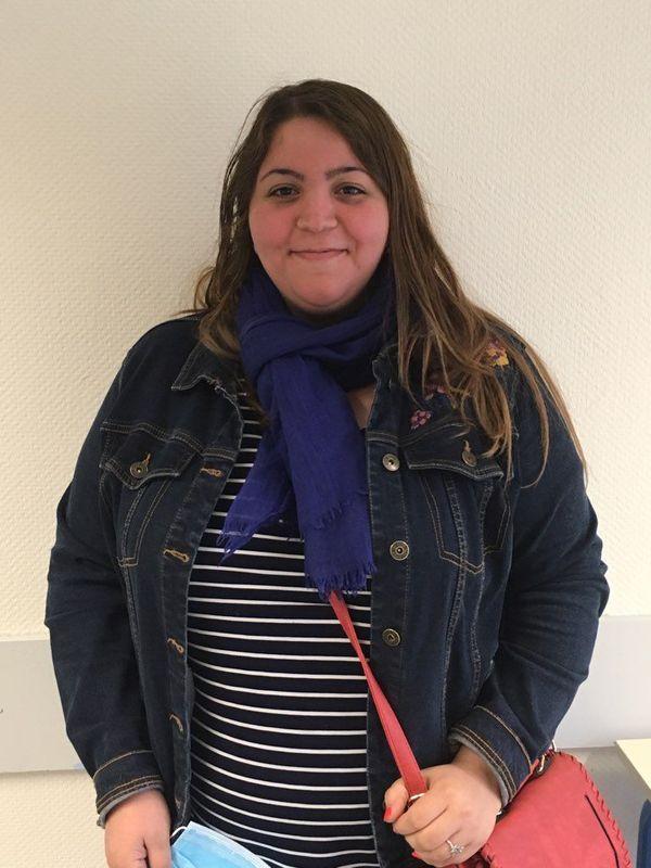 Yasmine Ahmed-Yahia, animatrice, fait les courses pour les personnes âgées du quartier