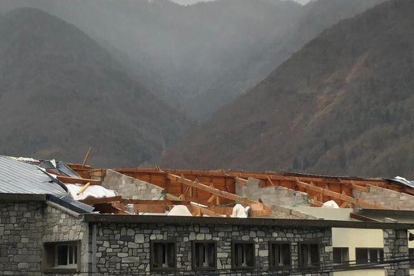 Plus d'un an après les dégâts, le toit de l'école de Saint-Béat n'est toujours pas réparé.