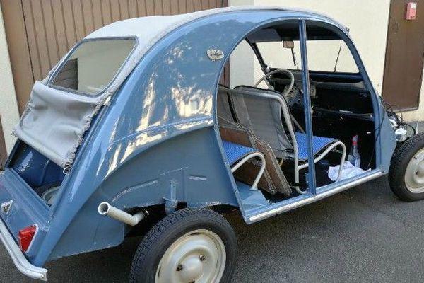 Eric Toutin estime qu'il lui faut encore 2 mois de travail pour rénover cette Citroën 2CV de 1959.