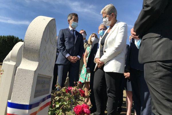 Gérald Darmanin, ministre de l'Intérieur, et Geneviève Darrieussecq, ministre déléguée aux anciens combattants, devant les tombes des tirailleurs à Douaumont le 29 juillet 2020