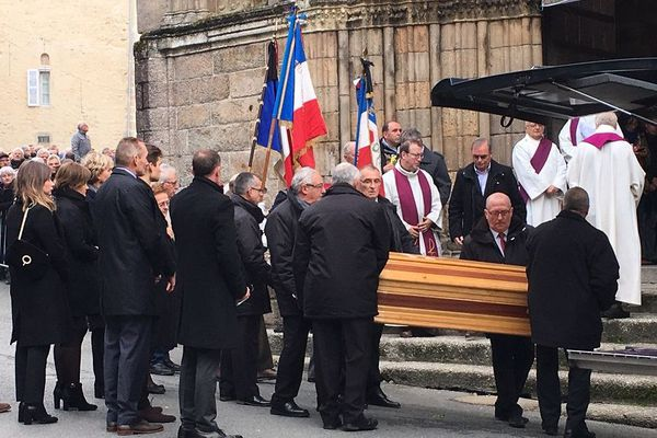Le cercueil de Raymond Poulidor devant la collégiale de Saint-Léonard-de-Noblat