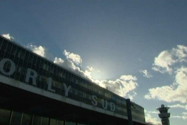 Environ 600 personnes se sont retrouvées mercredi matin coincées à l'aéroport d'Orly. Une partie a même passé la nuit sur des lits de camp.