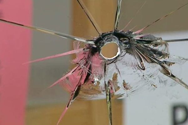 Plusieurs impacts ont perforé la vitrine du local du PS à Montluçon