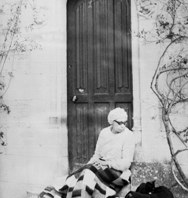 Episode douloureux pour Joséphine Baker, assise sur les marches de son château des Milandes, dont elle vient d'être expulsée par les nouveaux propriétaires le 12 mars 1969 en Dordogne, après avoir rencontré d'importantes difficultés financières.