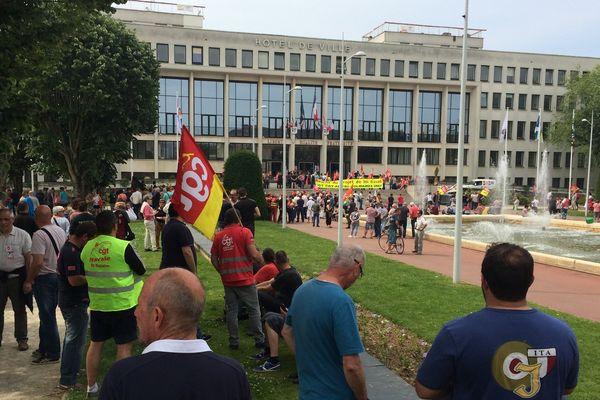 Les opposants à la loi Travail devant l'Hôtel de Ville de Saint-Nazaire, le 9 juin 2016.