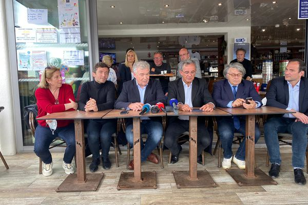 Les deux têtes de liste aux régionales Jean-Paul Garraud et Thierry Mariani (au centre) lors de leur conférence de presse sur le port du Grau-du-Roi le 2 juin 2021, entourés des députés européens RN France Jamet et Gilbert Collard et du maire RN de Beaucaire Julien Sanchez (2e à gauche).