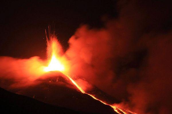 Comme l'Etna en Sicile (Italie), le volcan du lac de Laach, dans l'Eifel (Allemagne), est de type effusif et crache de la lave.