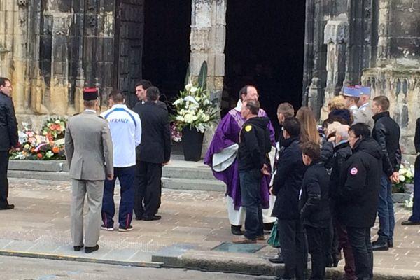 Le prêtre salue la famille