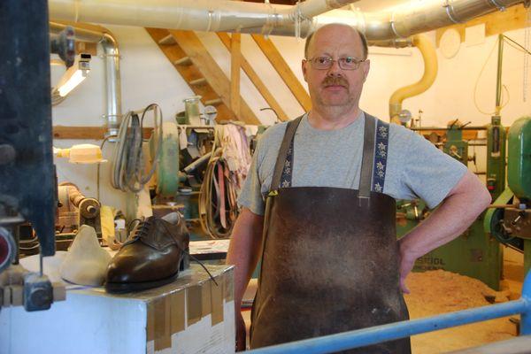 Hervé Brunelle, formier embauchoiriste dans l'Aisne, l'un des derniers artisans à fabriquer des embauchoirs de chaussures