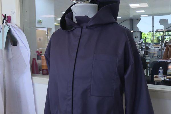 Manteau, sac de couchage étanche et sac à dos: le manteau pour sans-abri des Etablissements Thierry de IFs est multifonction