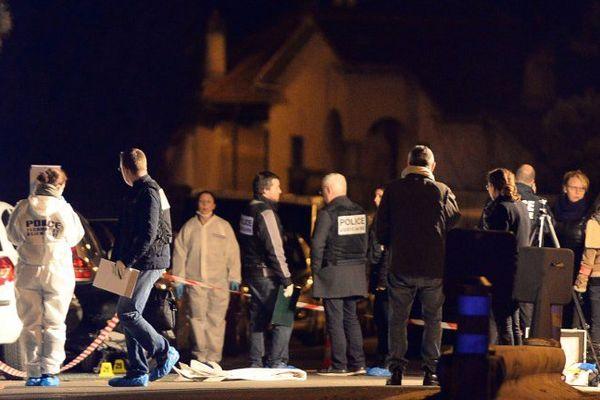 Secours et policiers sur la scène de crime hier soir.