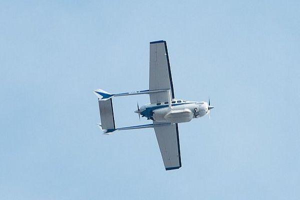 Un bi-moteur Cessna 337. C'est un avion de ce type qui est généralement utilisé pour des opérations de thermographie infrarouge.