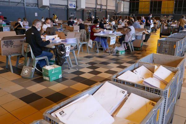 Deux équipes de 100 personnes volontaires se relaient depuis vendredi 8 mai pour mettre sous enveloppe les masques destinés aux Toulousains.