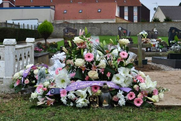 Au cimetière de Boulogne, devant le carré des indigents où est enterrée Adélaïde.