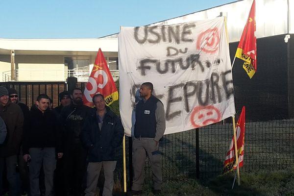 Les salariés de Starplast manifestent, jeudi 1er décembre 2016, devant les locaux de l'entreprise où se déroule un C.E. extraordinaire.