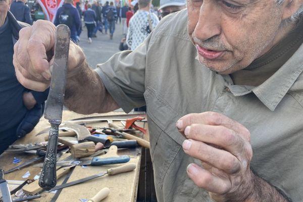 Christian, au sommet de son art. Trente ans qu'il vend ses lames d'affûtage à des clients pointus.